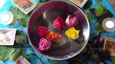 Photo of a bowl of water with flowers floating in it